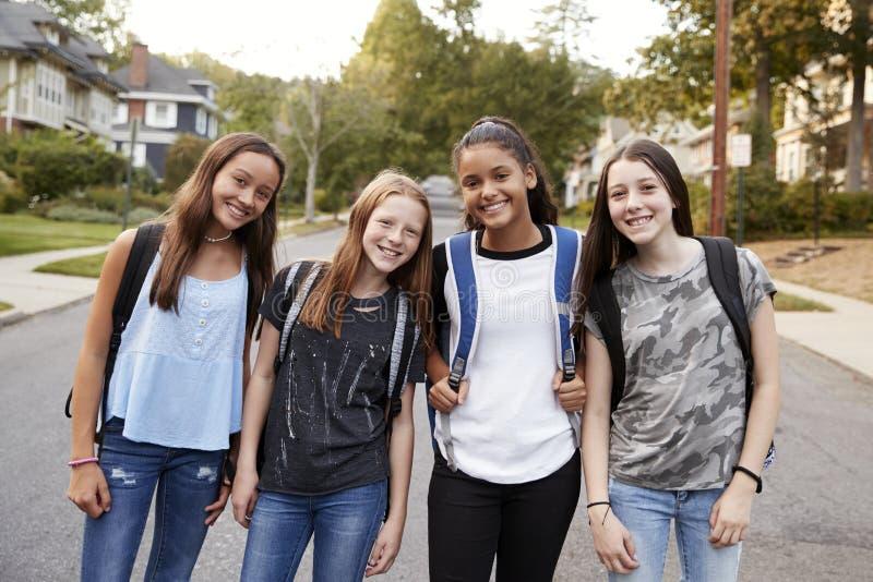 Jugendlich Mädchen auf dem Weg zur Schule, die oben zur Kamera, Abschluss schaut stockbilder