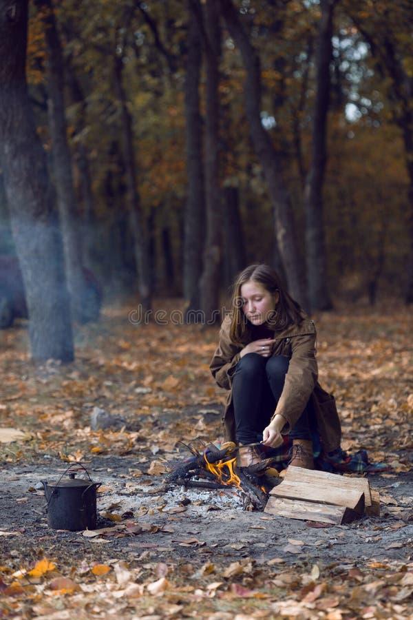 Jugendlich Mädchen auf Picknick stockbild