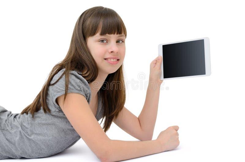 Jugendlich Mädchen benutzt ein Gerät, lokalisiert auf weißem Hintergrund lizenzfreie stockbilder