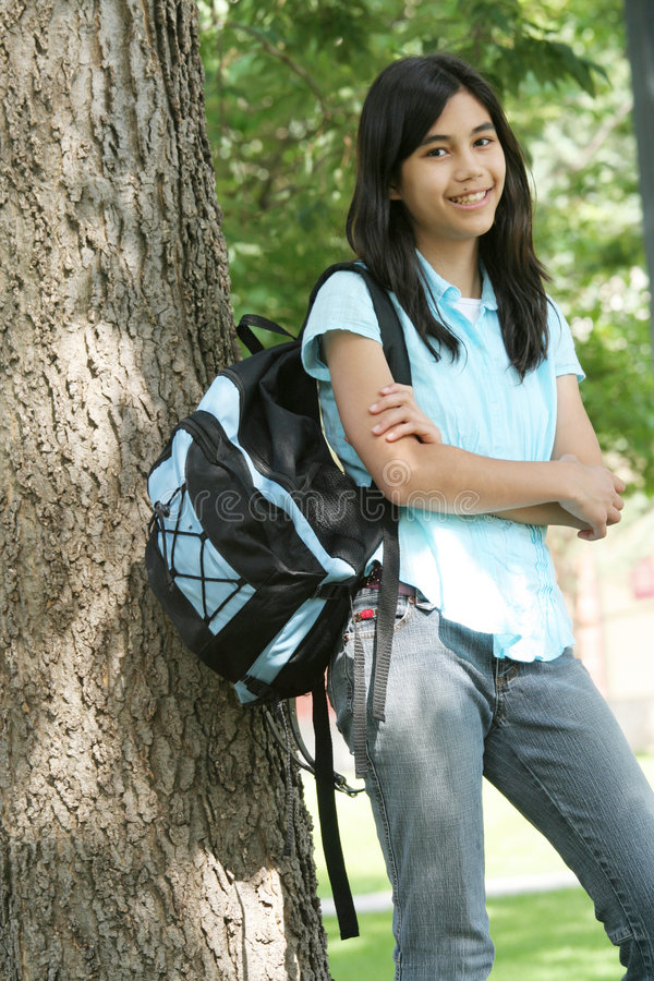 Jugendlich Mädchen betriebsbereit zur Schule lizenzfreies stockbild