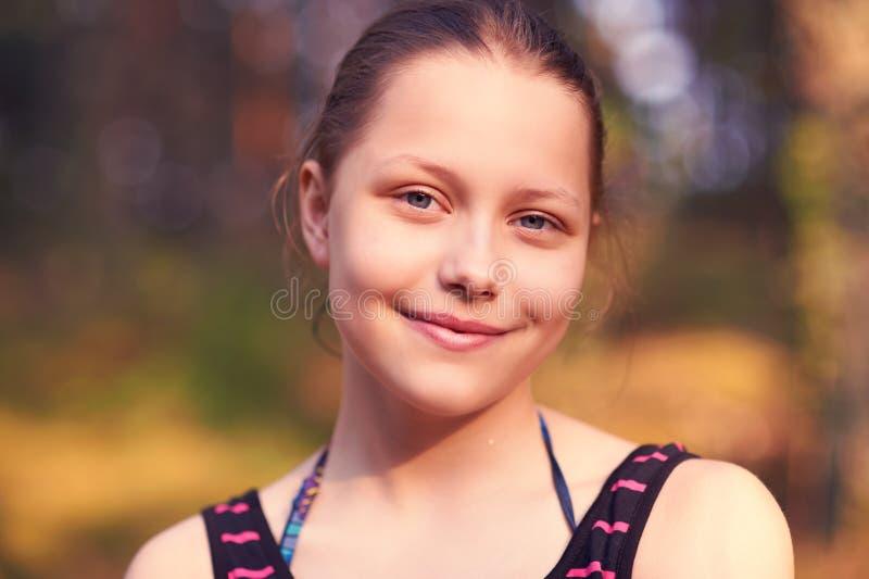 Jugendlich Mädchen, das auf der Natur stillsteht stockfotografie