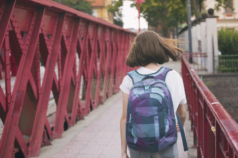 Jugendlich Mädchen, das auf eine Brücke geht lizenzfreies stockbild