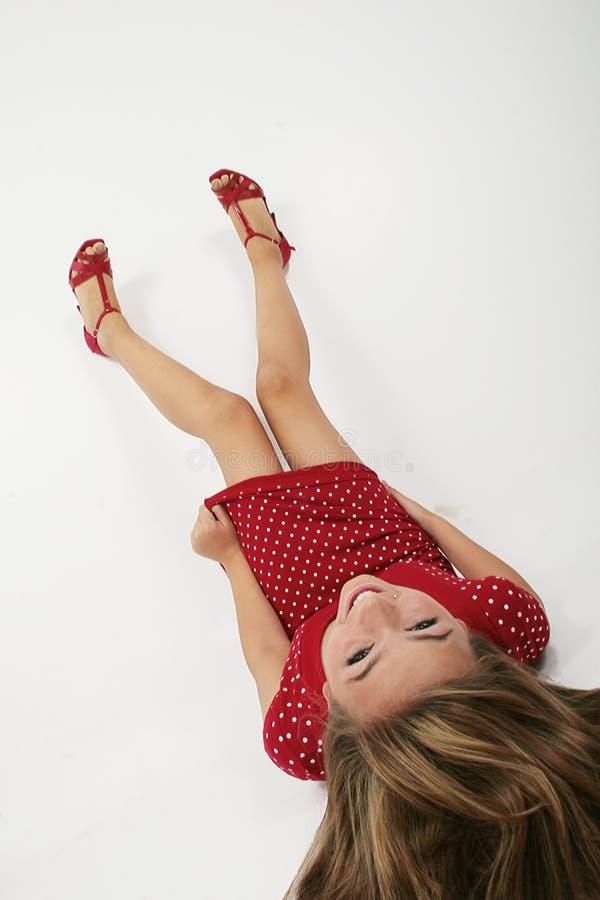 Jugendlich Mädchen, das auf Fußboden liegt stockfotografie