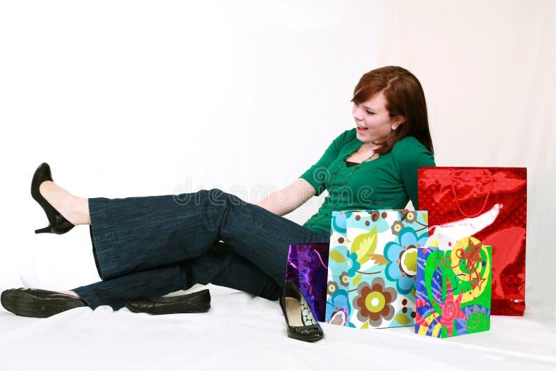 Jugendlich Mädchen, das auf Schuhen versucht lizenzfreies stockbild