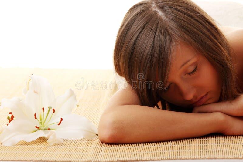Jugendlich Mädchen, das in der Massage sich entspannt lizenzfreies stockfoto
