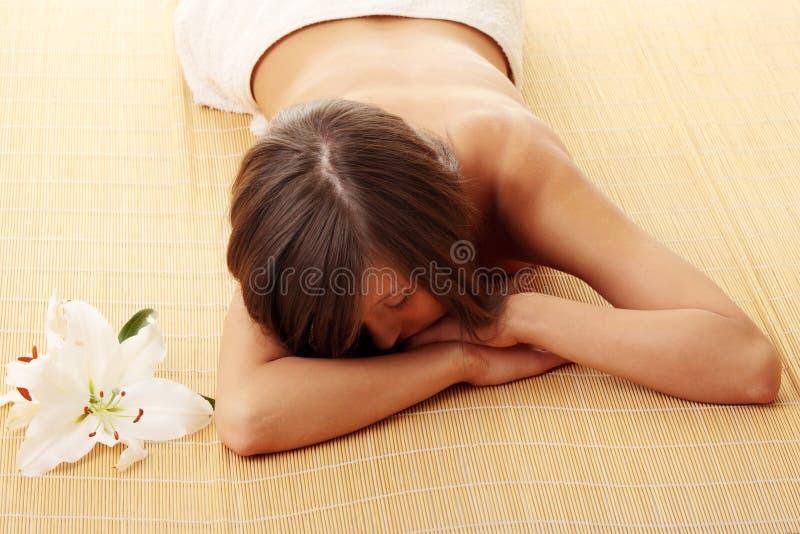 Jugendlich Mädchen, das in der Massage sich entspannt lizenzfreies stockbild
