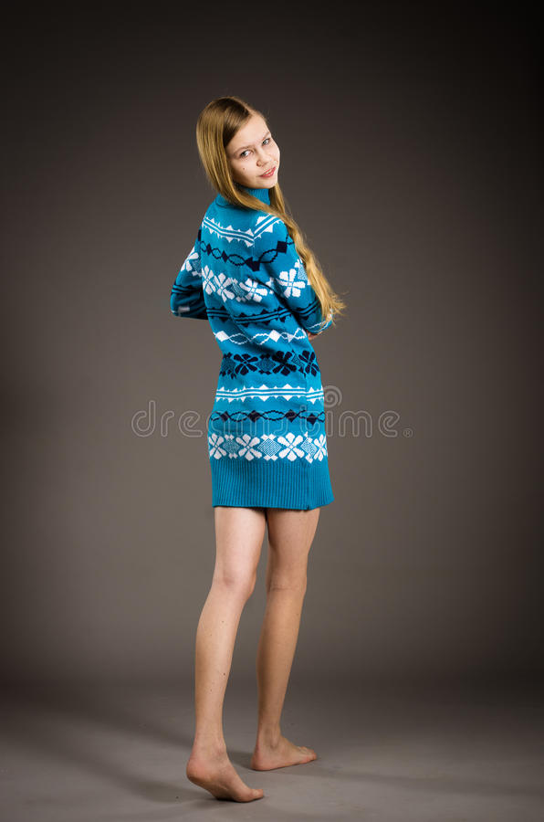 Jugendlich Mädchen, das in der Strickjacke aufwirft lizenzfreies stockbild