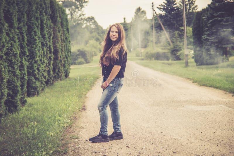 Jugendlich Mädchen, das draußen aufwirft lizenzfreie stockbilder