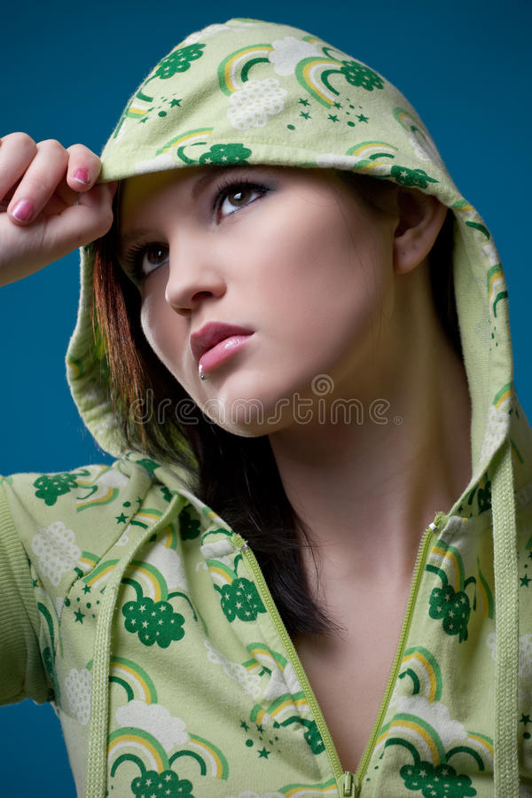 Jugendlich Mädchen, das eine mit Kapuze Jacke trägt stockfotografie