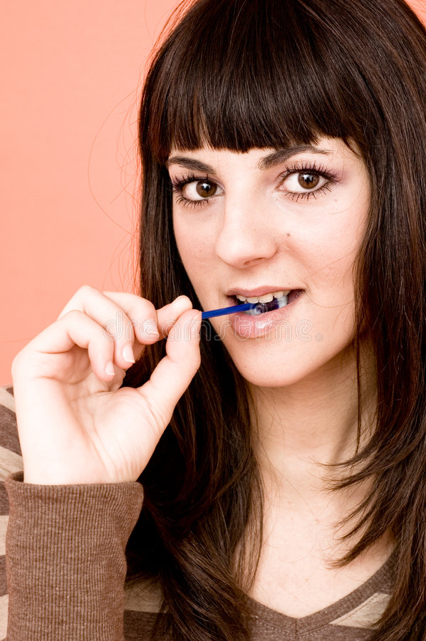 Jugendlich Mädchen, das einen Lutscher isst lizenzfreie stockbilder