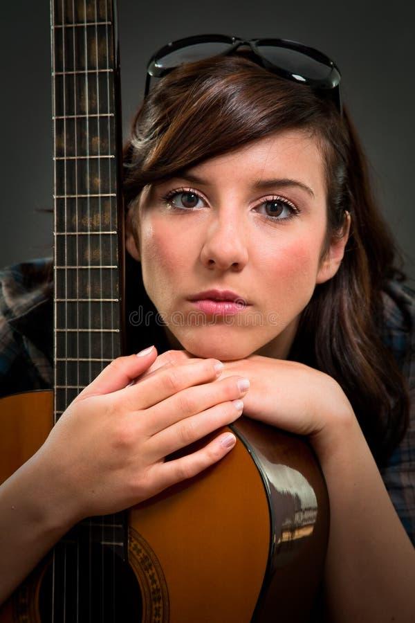 Jugendlich Mädchen, das Gitarre spielt lizenzfreies stockfoto