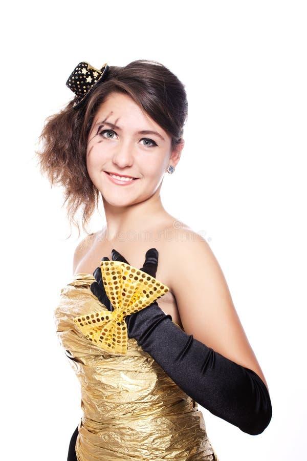 Jugendlich Mädchen, das goldenes Kleid trägt stockfotografie