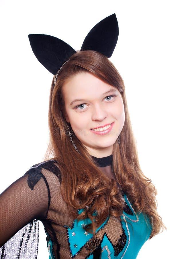 Jugendlich Mädchen, das Halloween-Hiebkostüm trägt stockfoto