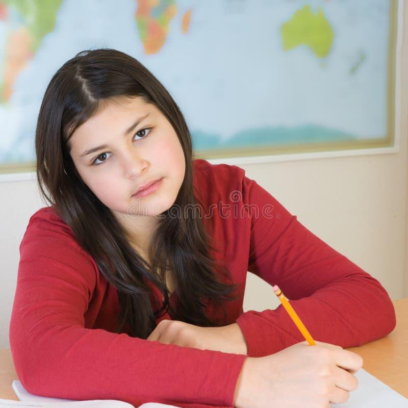 Jugendlich Mädchen, das Heimarbeit tut lizenzfreies stockbild