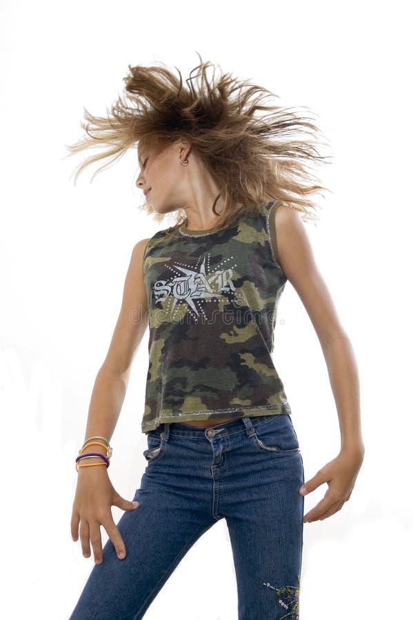 Jugendlich Mädchen, das ihr Haar wellenartig bewegt lizenzfreie stockbilder
