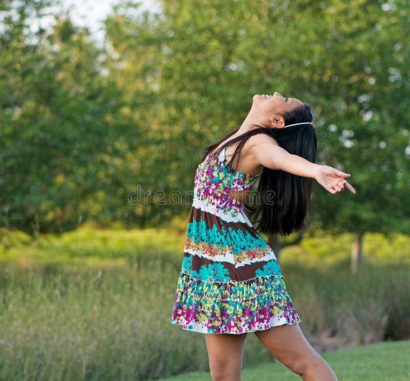 Jugendlich Mädchen, das im Freienfreude ausdrückt stockfoto