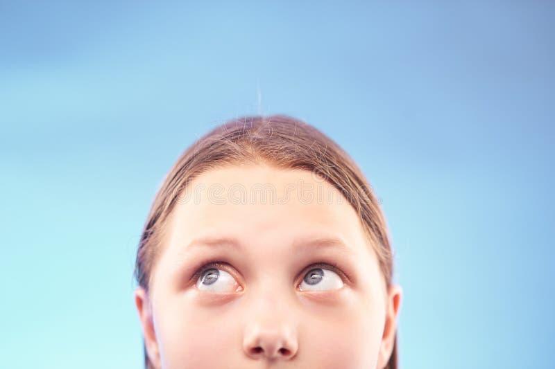 Jugendlich Mädchen, das oben schaut lizenzfreie stockbilder