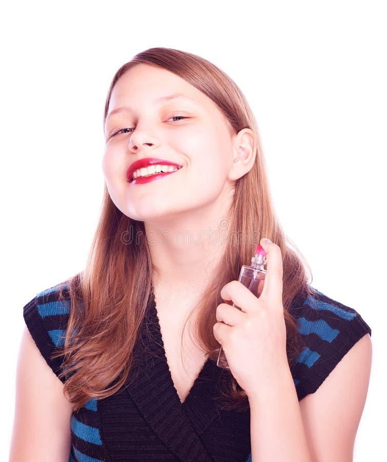 Jugendlich Mädchen, das Parfüm verwendet stockfotografie