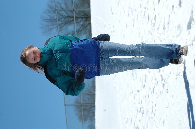 Jugendlich Mädchen, das in Schnee läuft lizenzfreie stockfotos