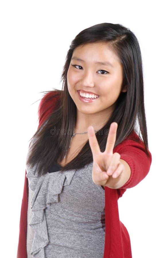 Jugendlich Mädchen, das Sieg-Zeichen gibt stockfoto