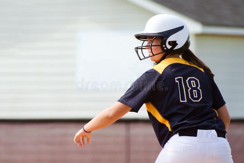 Jugendlich Mädchen, das Softball spielt lizenzfreies stockfoto
