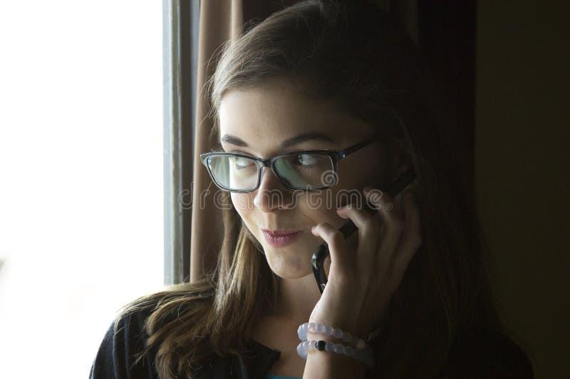 Jugendlich Mädchen, das am Telefon spricht lizenzfreies stockbild