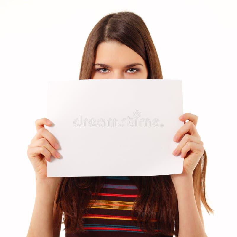 Jugendlich Mädchen, das unbelegtes Weißbuch anhält lizenzfreie stockfotografie