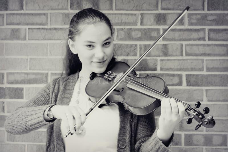 Jugendlich Mädchen, das Violine spielt stockbilder