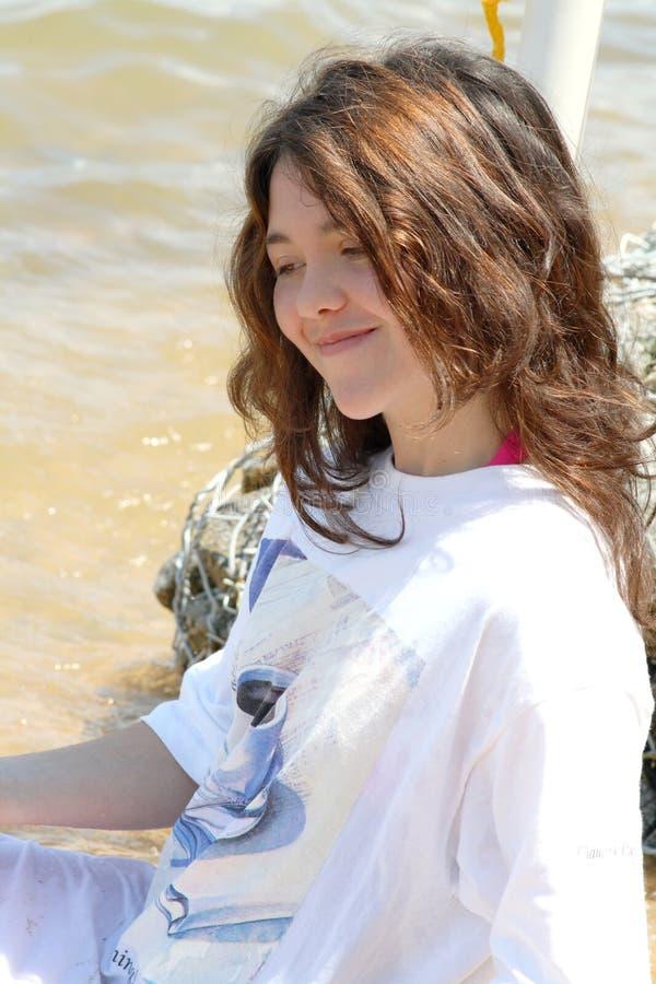 Jugendlich Mädchen, das weg im See abkühlt stockfotografie