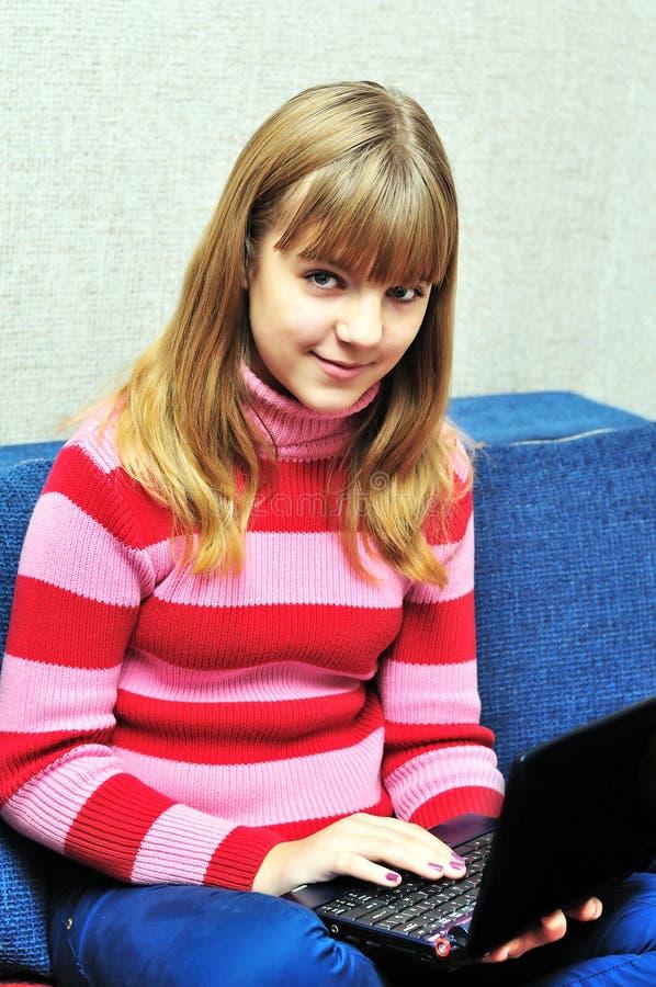 Jugendlich Mädchen, das zu Hause Laptop verwendet lizenzfreies stockbild