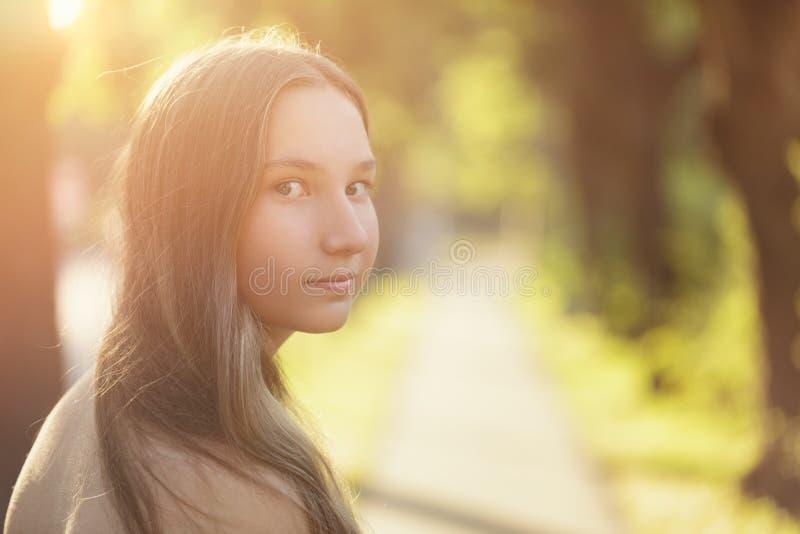 Jugendlich Mädchen, das zurück auf Weg schaut stockbild