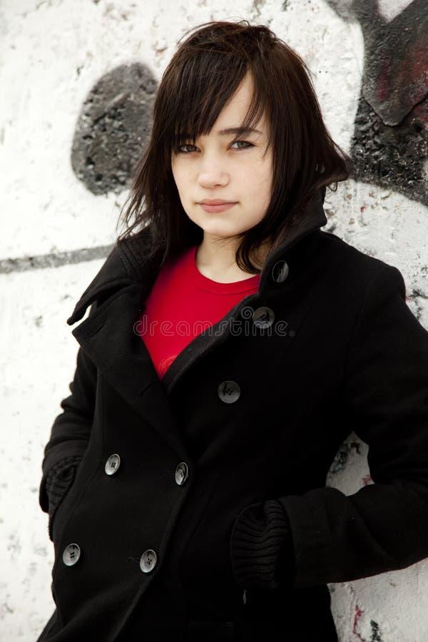 Jugendlich Mädchen der Art und Weise am weißen Graffitihintergrund stockbilder