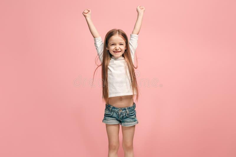Jugendlich Mädchen des glücklichen Erfolgs, das seiend ein Sieger feiert Dynamisches Energiebild des weiblichen Modells lizenzfreie stockfotos