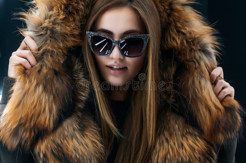 Jugendlich Mädchen des Hippies in der Sonnenbrille, die über Wand aufwirft lizenzfreie stockfotografie