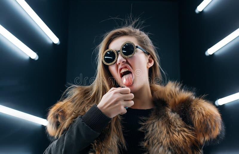 Jugendlich Mädchen des Hippies in der Sonnenbrille, die über Wand aufwirft lizenzfreie stockbilder