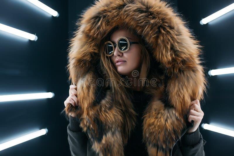 Jugendlich Mädchen des Hippies in der Sonnenbrille, die über Wand aufwirft stockfotografie