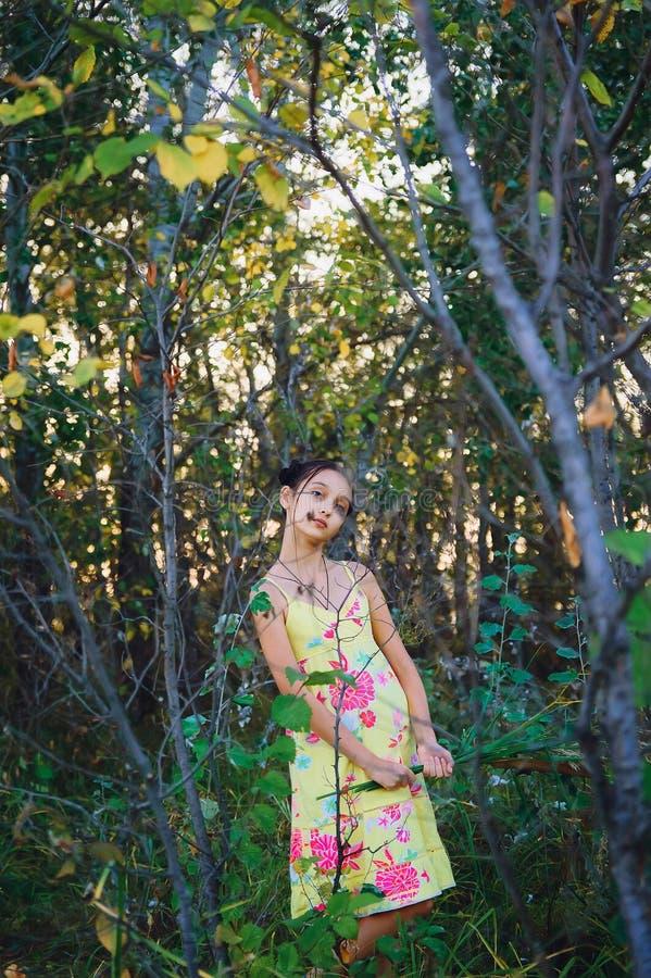 Jugendlich Mädchen des Porträts unter den Bäumen stockbild