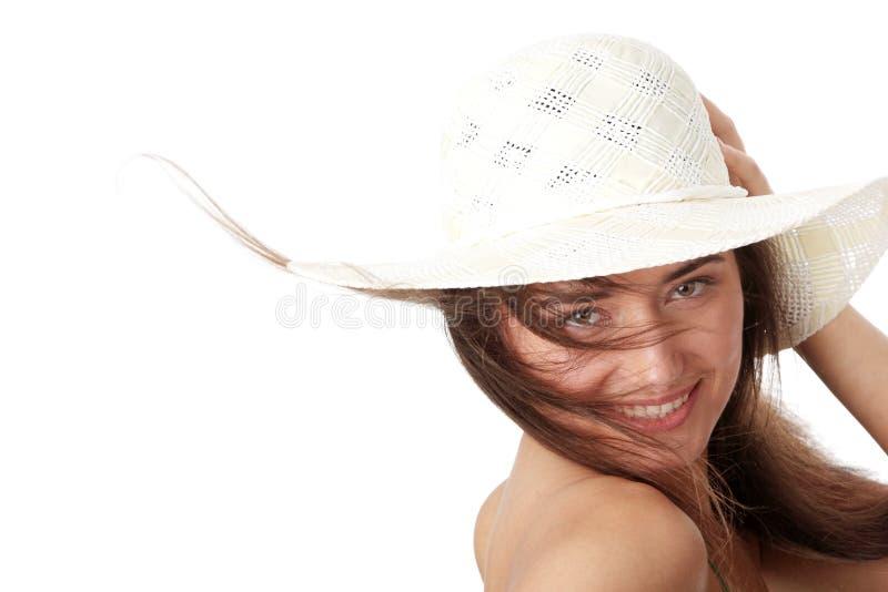 Jugendlich Mädchen des Sommers im Großen Hut lizenzfreie stockbilder