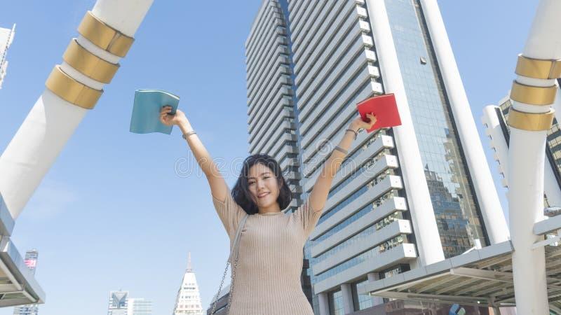 Jugendlich Mädchen des Studenten mit dem Bildungsbuch, das mit Gefühl happ steht lizenzfreies stockfoto