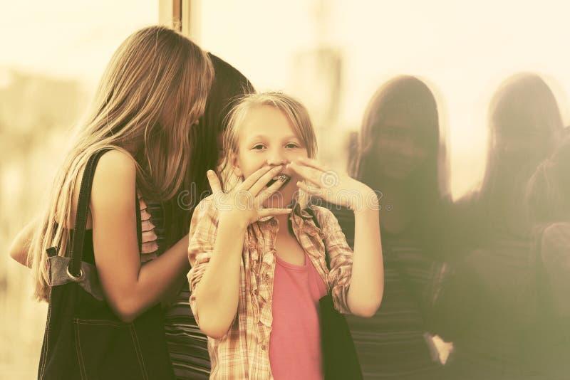 Jugendlich Mädchen, die durch das Mallfenster schauen lizenzfreie stockfotos