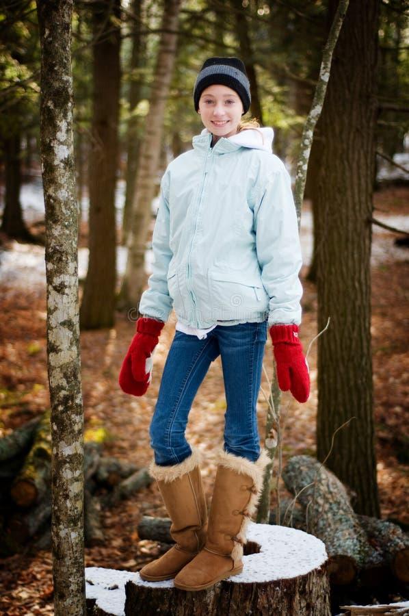 Jugendlich Mädchen draußen in einem Winterwald stockfoto