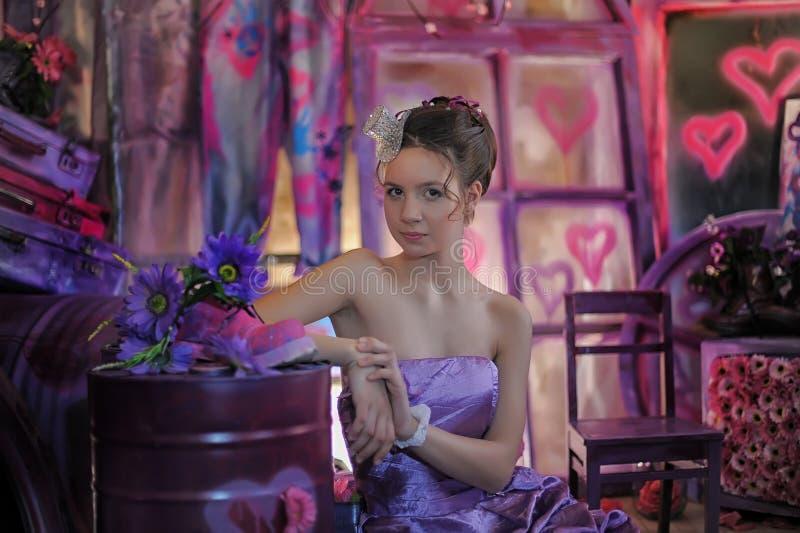 Jugendlich Mädchen in einem lila Kleid stockfoto