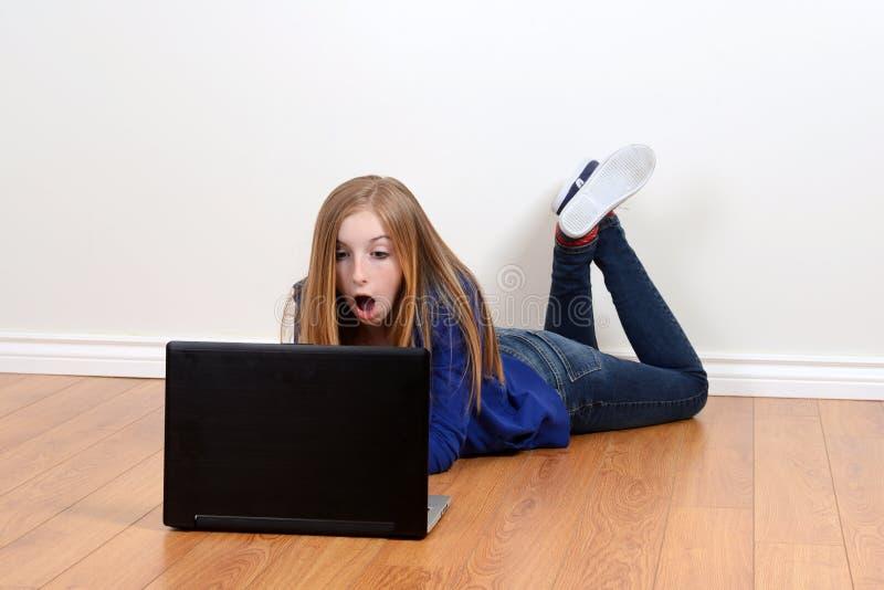 Jugendlich Mädchen entsetzt unter Verwendung des Laptops stockfotos