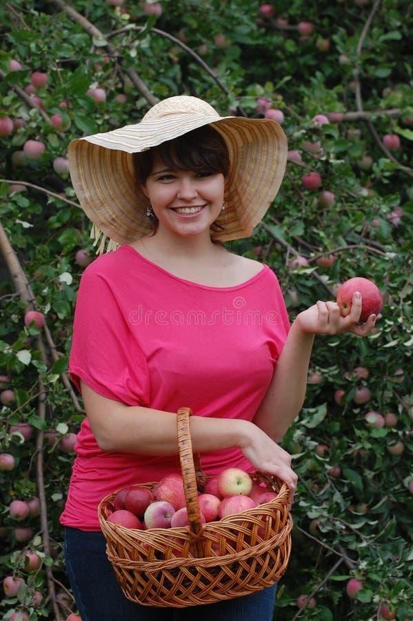Jugendlich Mädchen im Garten lizenzfreie stockfotos