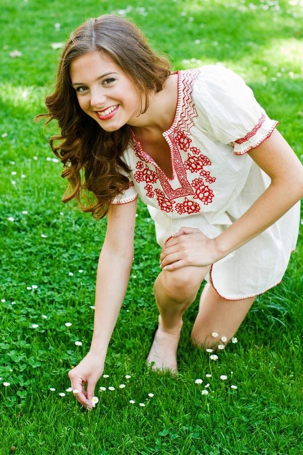 Jugendlich Mädchen im Gras stockbilder