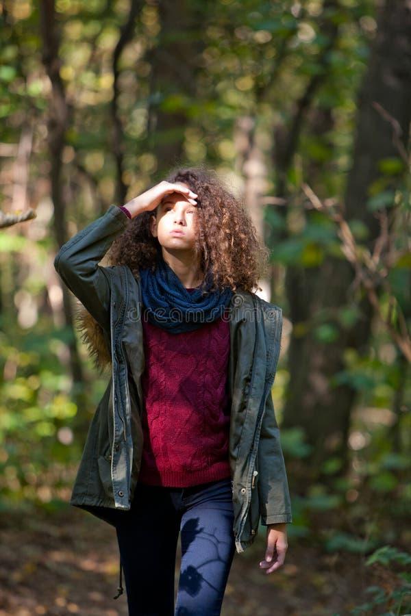 Jugendlich Mädchen im Herbstwald stockfotografie