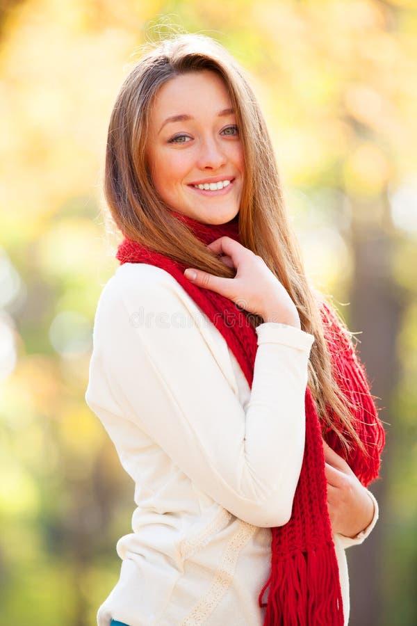 Jugendlich Mädchen im roten Schal lizenzfreie stockfotos