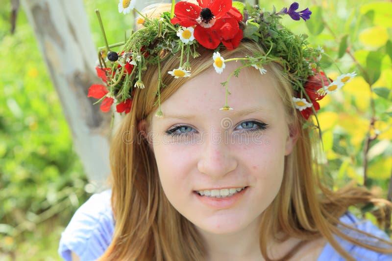 Jugendlich Mädchen im Sommer Wreath lizenzfreies stockfoto
