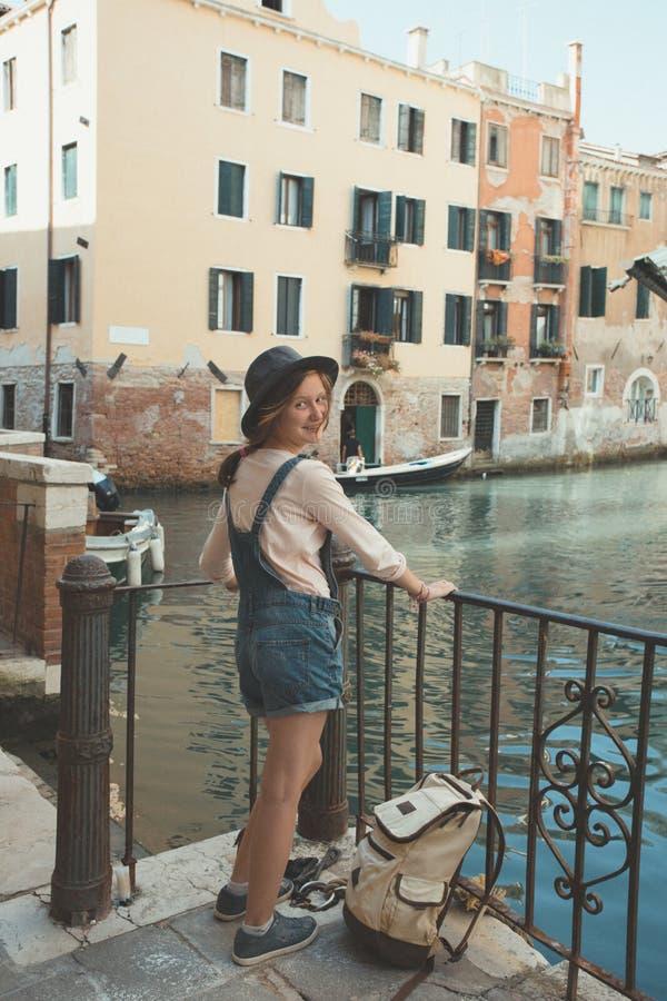 Jugendlich Mädchen im Venedig Italien stockfotos