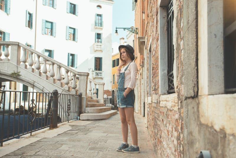 Jugendlich Mädchen im Venedig Italien lizenzfreie stockbilder